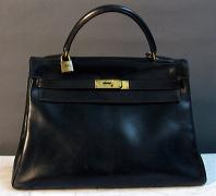 HERMES Paris, Circa 1965 Sac Kelly, 32 cm en cuir noir, attaches, fermoirs en métal...