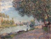 Le port de Moret-sur-Loing, le soir, 1884.<br />Huile sur toile, signe en bas  droite.<br />50 x 65 cm (quelques caillures). <br />Provenance :- Galeries Georges Petit, Paris- Vente composant la collection Georges Petit, Galerie Georges Petit, Paris,4 &amp; 5 mars 1921, n 110 du catalogue de la vente.- Monsieur Simonson (acquis  la vente Georges Petit pour la somme de 20 100 Fr).- Ancienne Collection Mose Lvy de Benzion .<br />Exposition :14 mai - 7 juin 1917, Paris, Galerie Georges Petit, Alfred Sisley, n 82 de l'exposition.<br />Bibliographie : Franois Daulte, Alfred Sisley catalogue raisonn de l'oeuvre peint, ditions Durand-Ruel, Lausanne, 1959 dcrit et reproduit sous le n 546.<br />