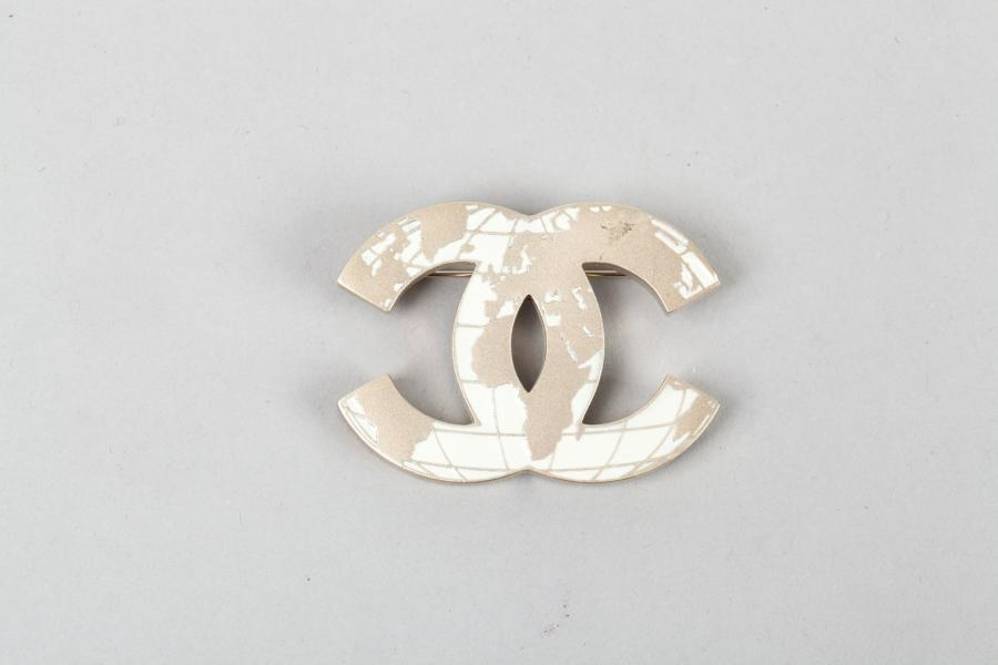 CHANEL Collection 2013 Broche en métal doré amati figurant le sigle de la Maison…
